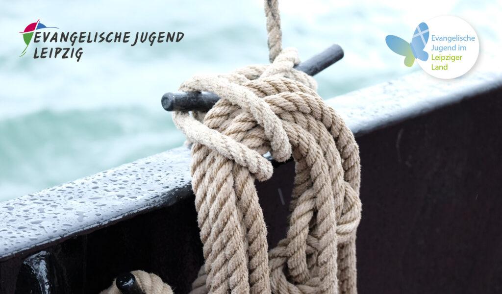 Schiffsreling mit Tau an Klampe